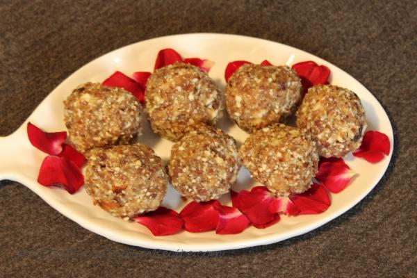 photo of oats, dates and dry fruits laddu